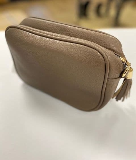 AMY TAUPE SINGLE ZIP CROSSBODY