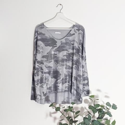 CAMO TOP WITH SHEEN GREY