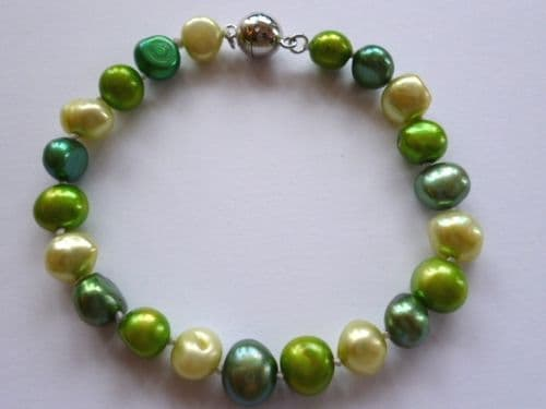 Baroque pearl bracelet in green