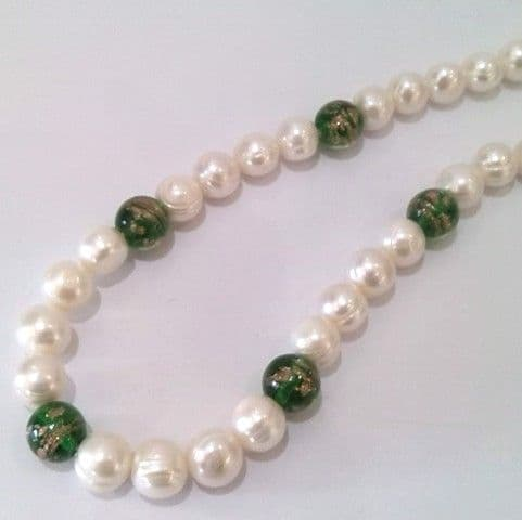 Ringed pearls with 'Gold-Sand' glass beads in Green.